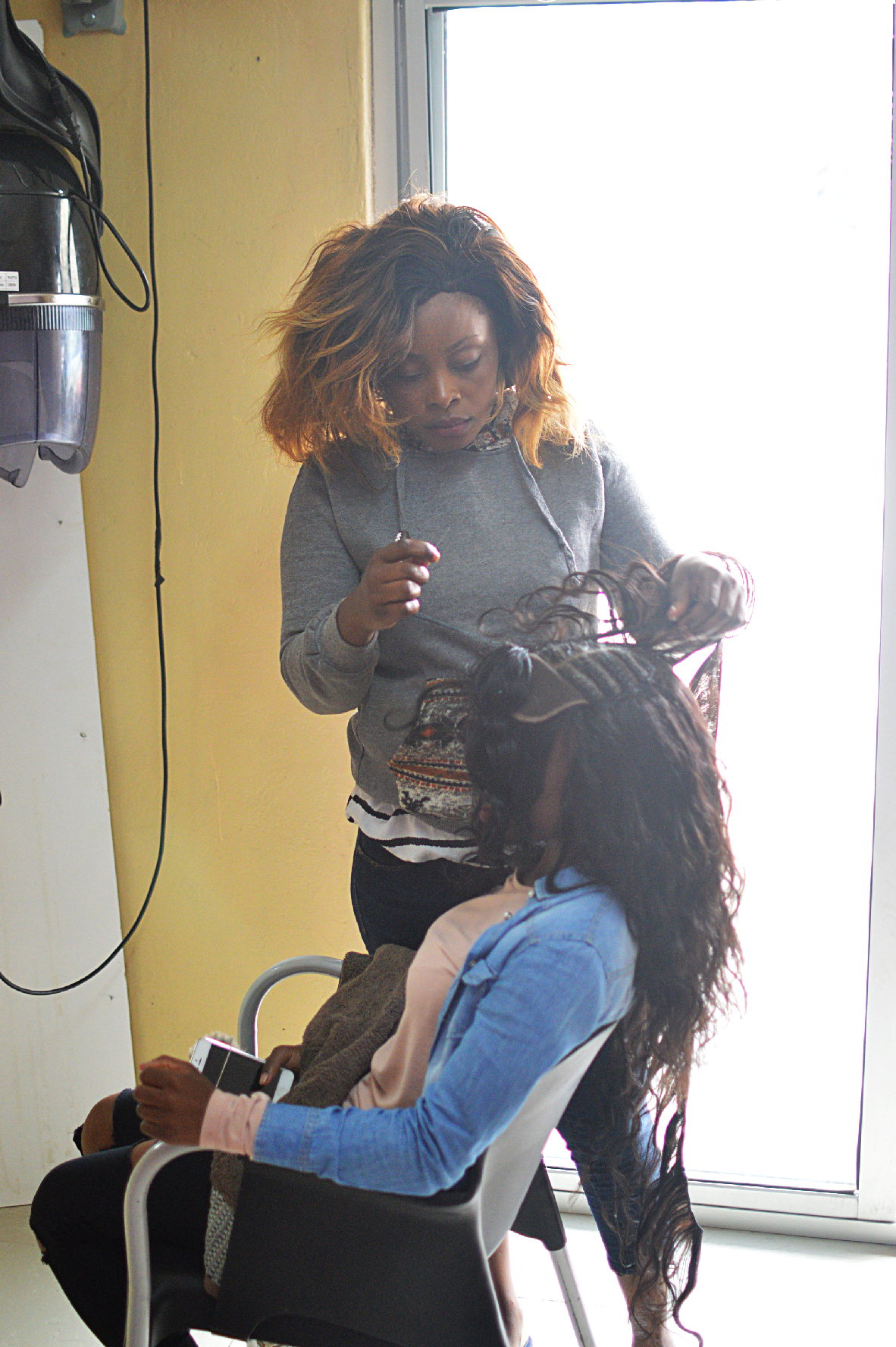 Filewoman Weaves Hair In Salon 01g Wikimedia Commons