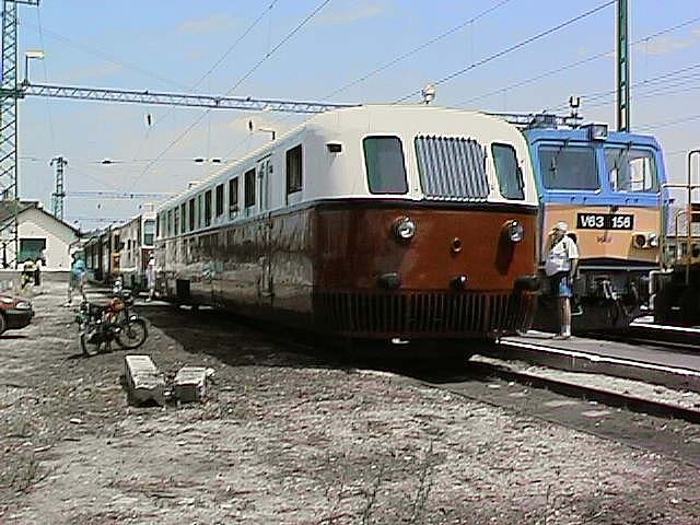 https://upload.wikimedia.org/wikipedia/commons/3/37/Arpad_railbus_at_Veresegyh%C3%A1z_station_display.jpg