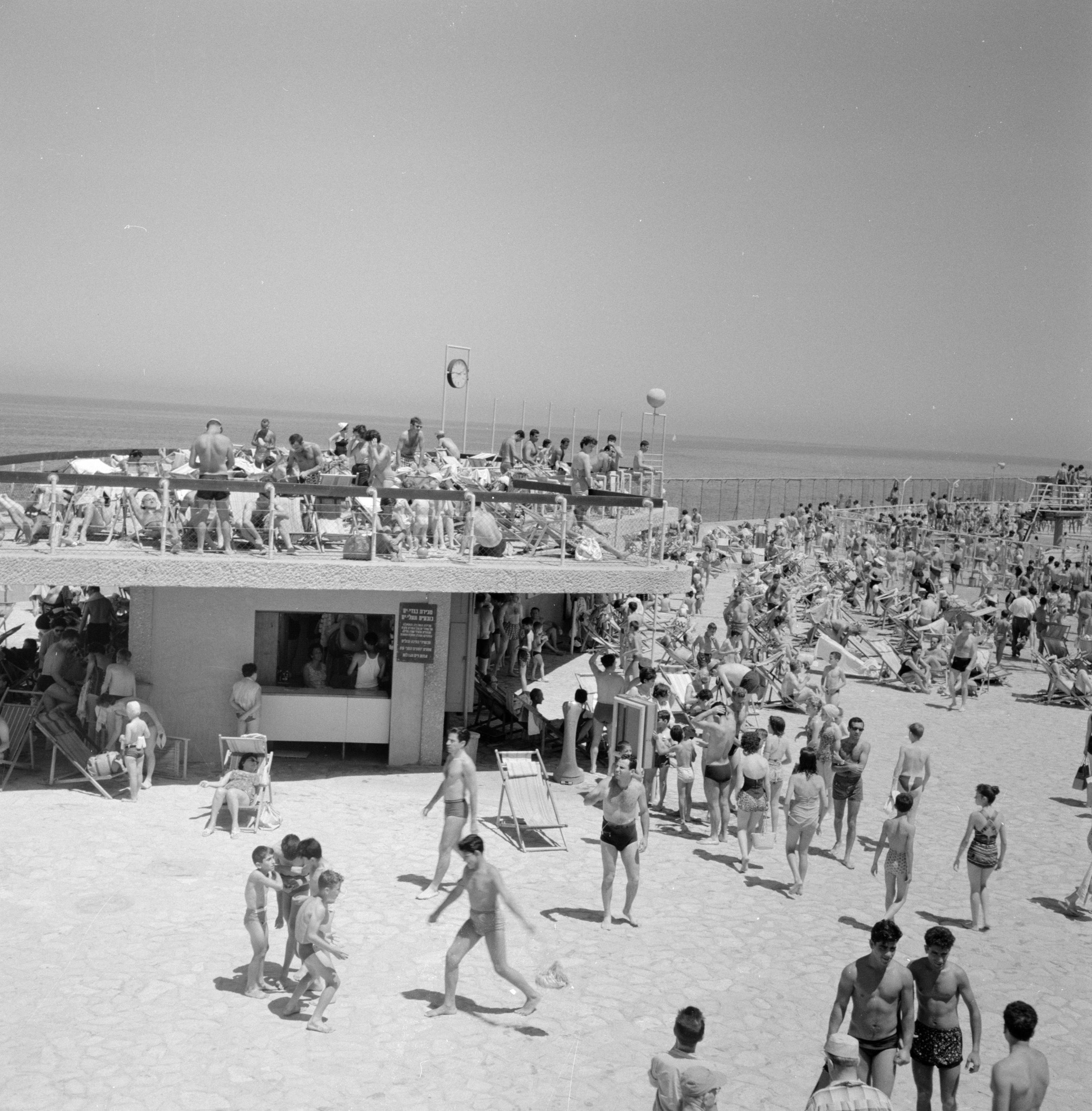 File:Badgasten liggen in strandstoelen te zonnebaden in ...