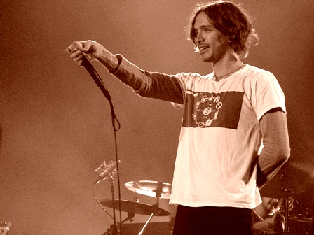 Brandon Boyd of Incubus live 2004
