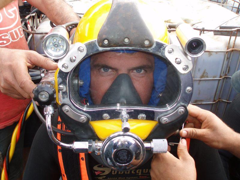 File:Buceador con casco de buceo.JPG