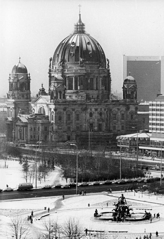file bundesarchiv bild 183 1982 0113 300 berlin dom neptunbrunnen wikimedia commons. Black Bedroom Furniture Sets. Home Design Ideas