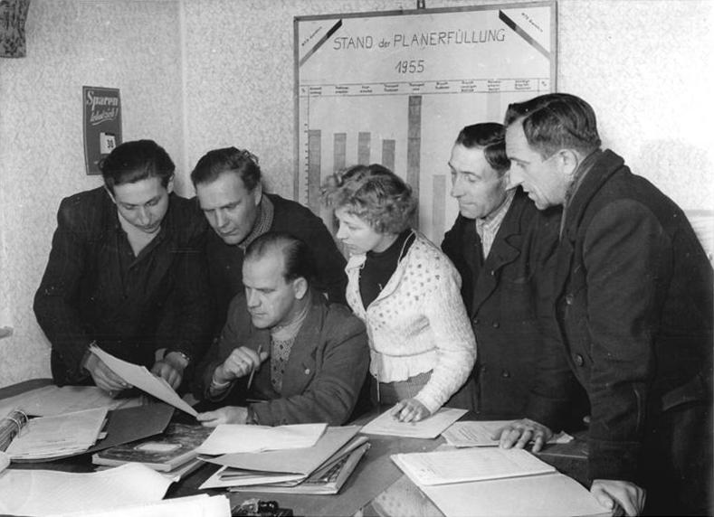 Bundesarchiv Bild 183-36092-0002, Gemeinsame Planung von MTS und LPG.jpg