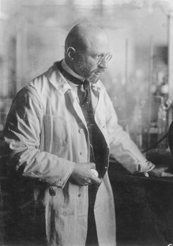 פריץ האבר במעבדתו - הפודקאסט עושים היסטוריה