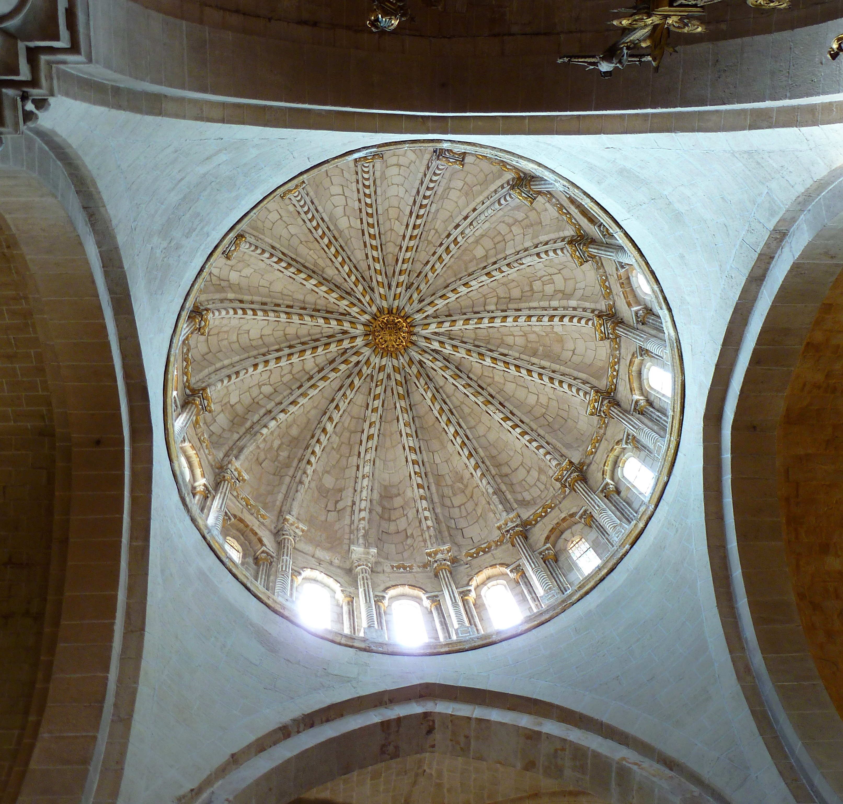 File c pula catedral zamora interior jpg wikimedia commons for Catedral de zamora interior