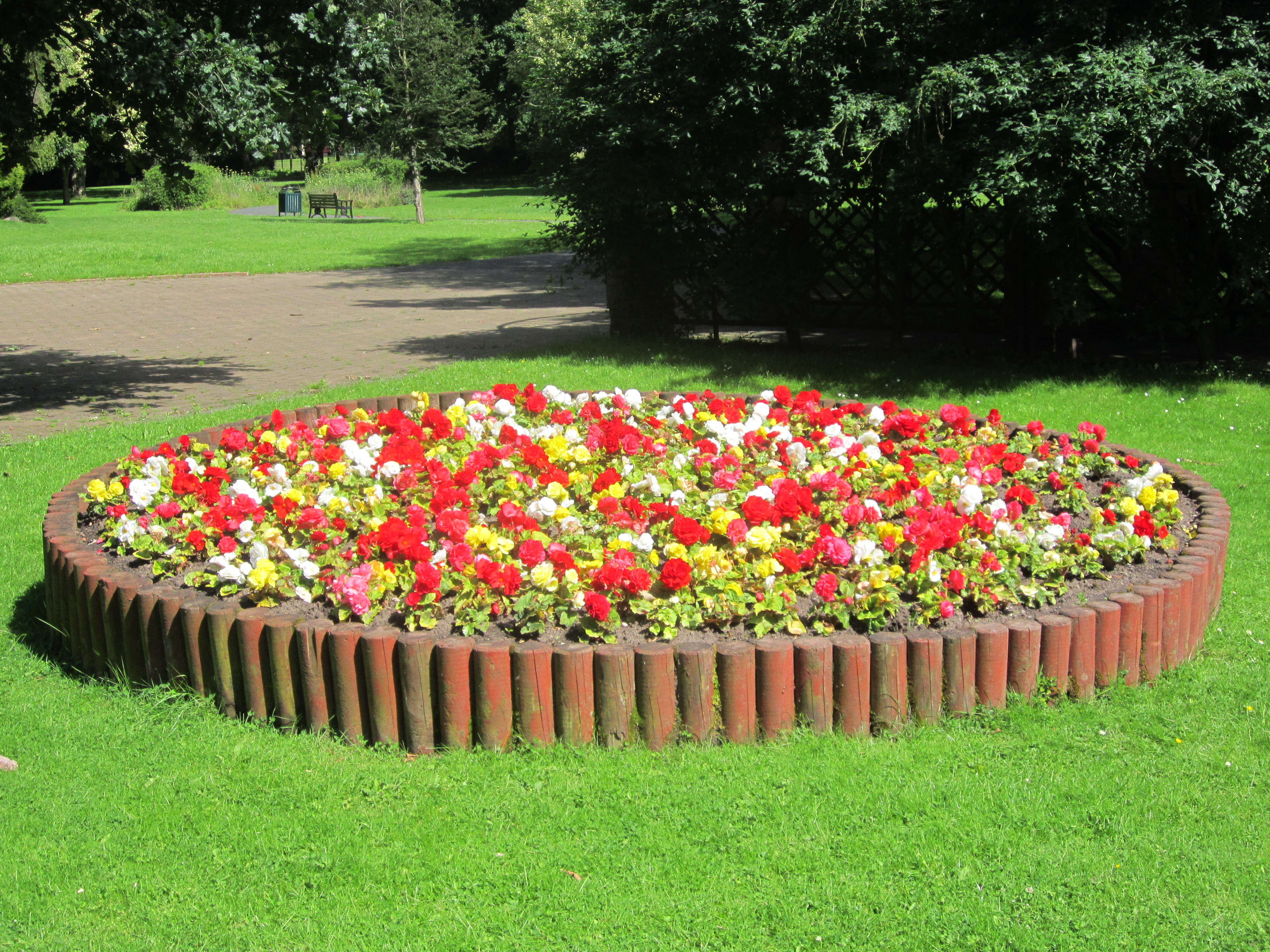 File flowerbed at st chad 39 s gardens kirkby jpg for Flowers for flower beds