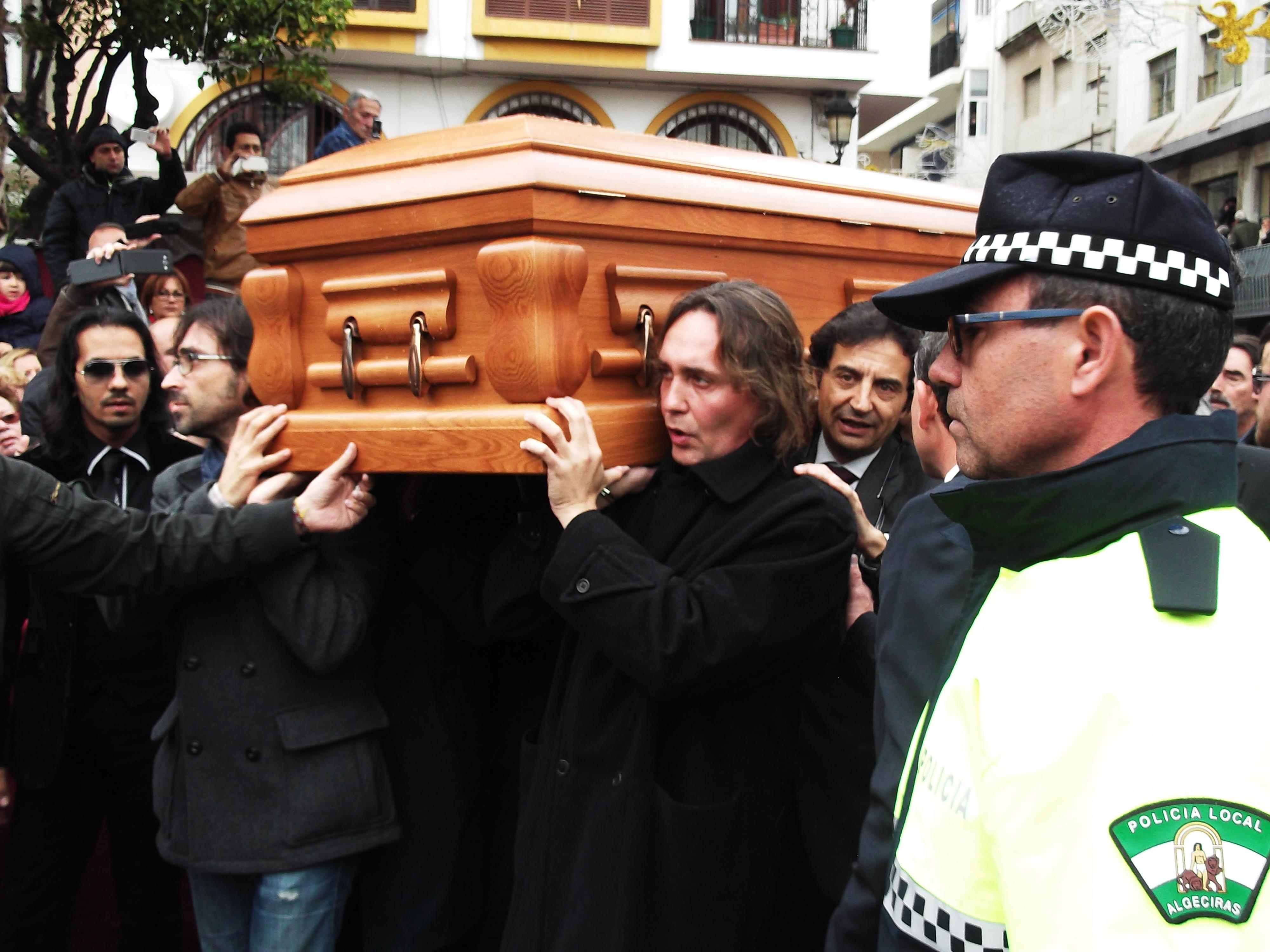 Familiares y amigos de Paco de Lucía portan su ataúd camino a la misa funeral por el guitarrista en la iglesia de Nuestra Señora de la Palma de Algeciras
