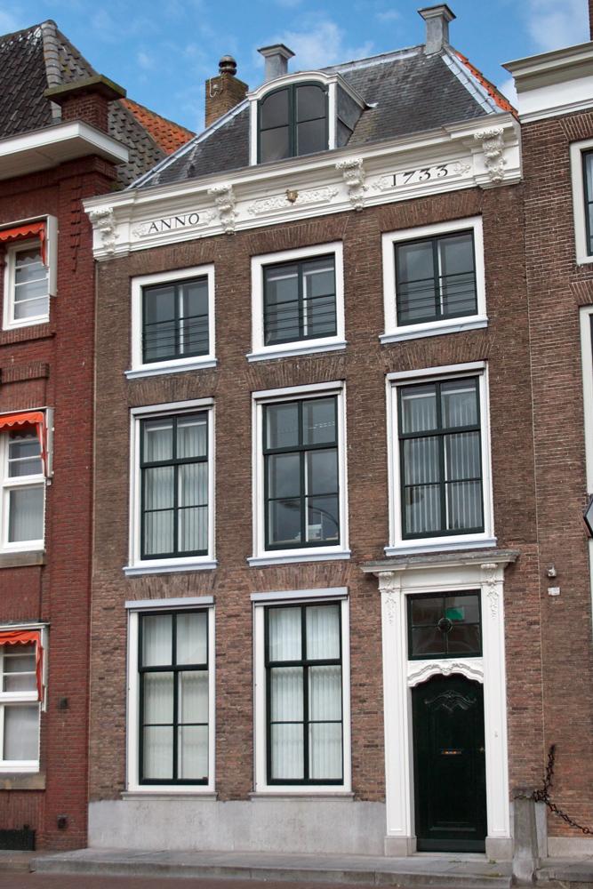 Huis met rechte gevel en leien schilddak aan de straat in middelburg monument - Provencaalse huis gevel ...