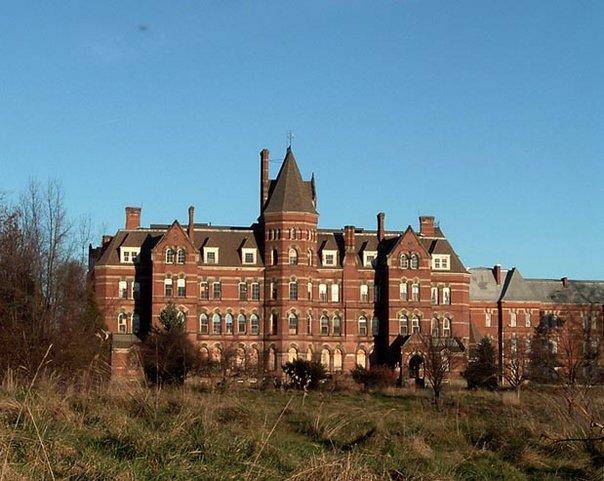 Hudson River State Hospital -Hviola / CC BY-SA (https://creativecommons.org/licenses/by-sa/3.0)