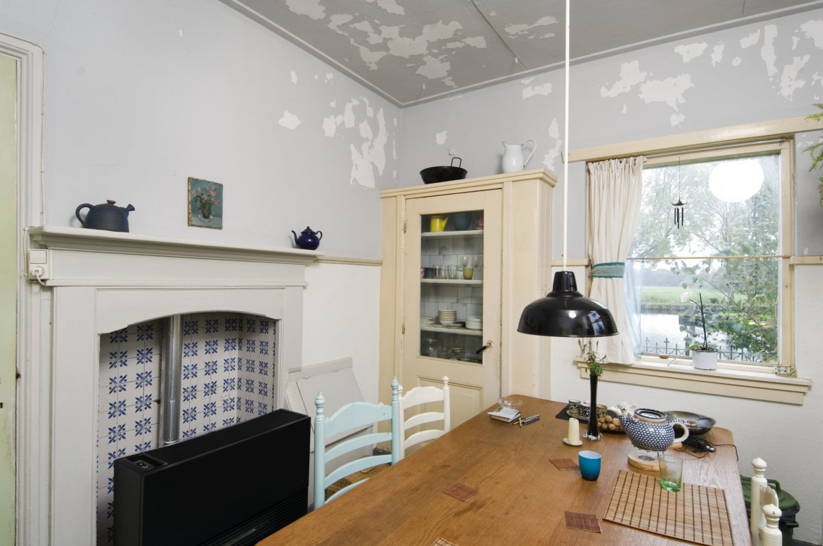 File interieur keuken met keukentafel venster kast en schouw dwingeloo 20412332 - Keuken header venster ...