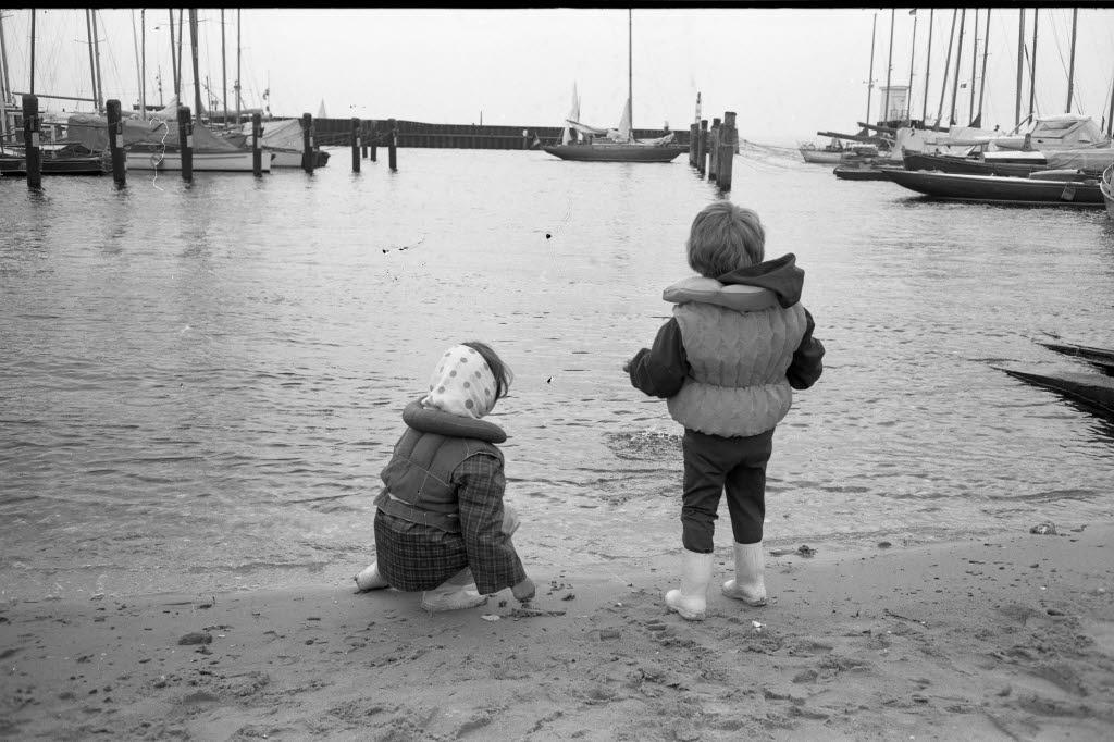 File Kinder Ditschen Steine Am Wasser Kiel 36 238 Jpg