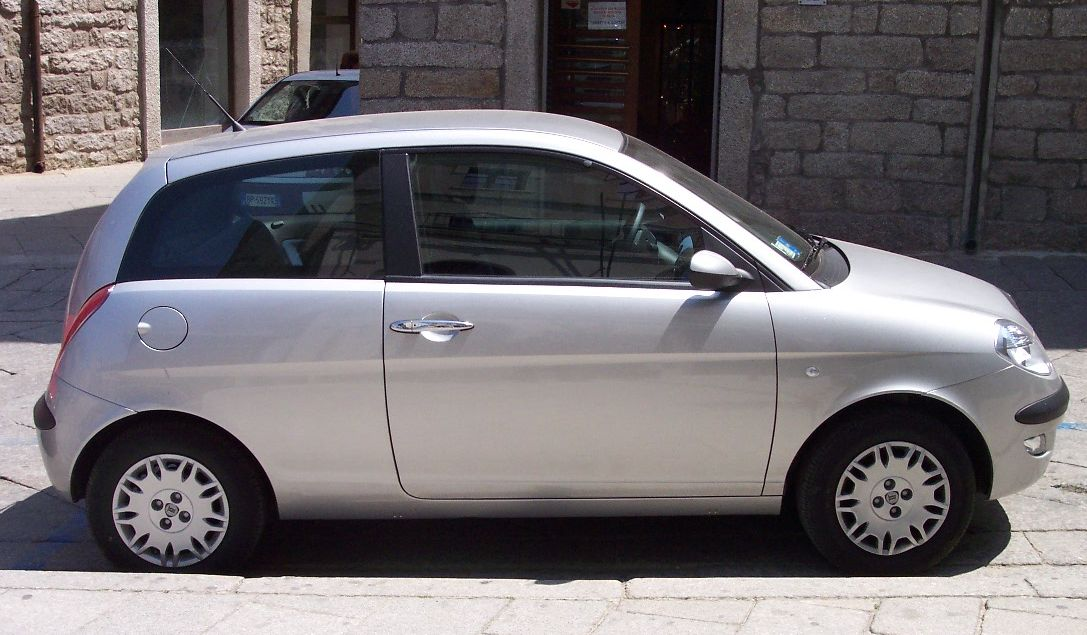 https://upload.wikimedia.org/wikipedia/commons/3/37/Lancia_Ypsilon_2006_champagne_r.jpg