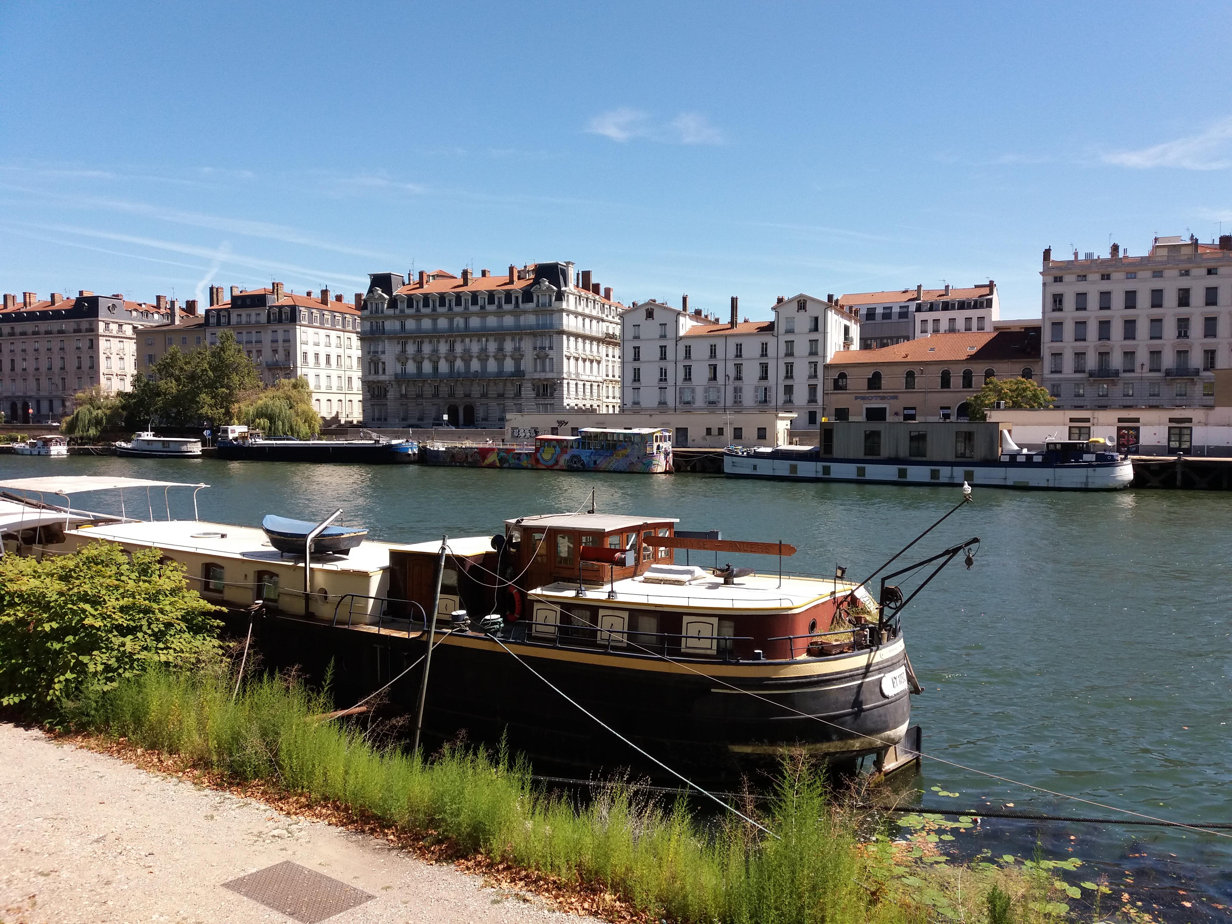 Fichier:Lyon quais Fulchiron et Maréchal Joffre - Saône - Péniches.jpg