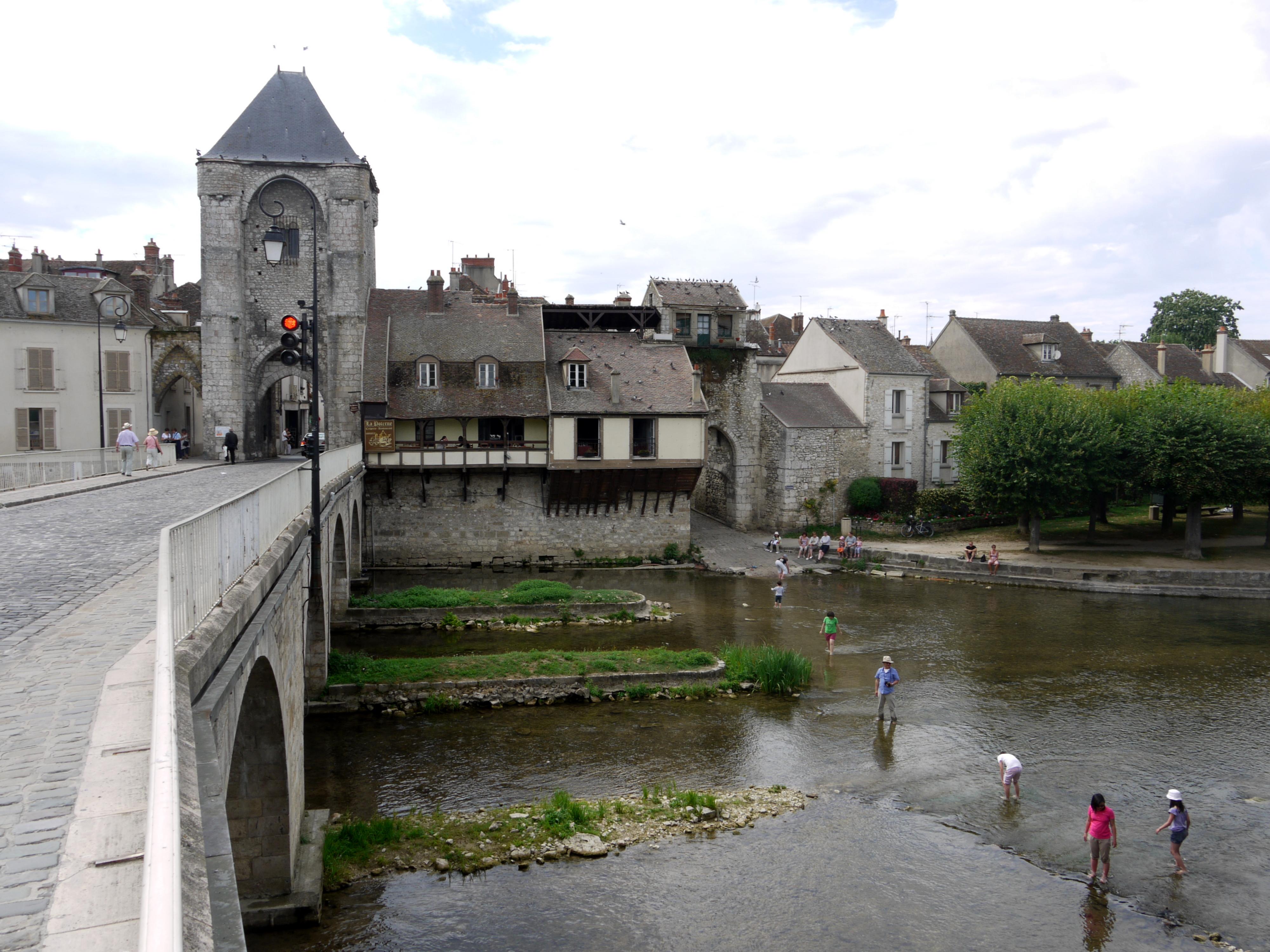 File pont de moret sur loing p1050459 jpg wikimedia commons - La porte de bourgogne moret sur loing ...