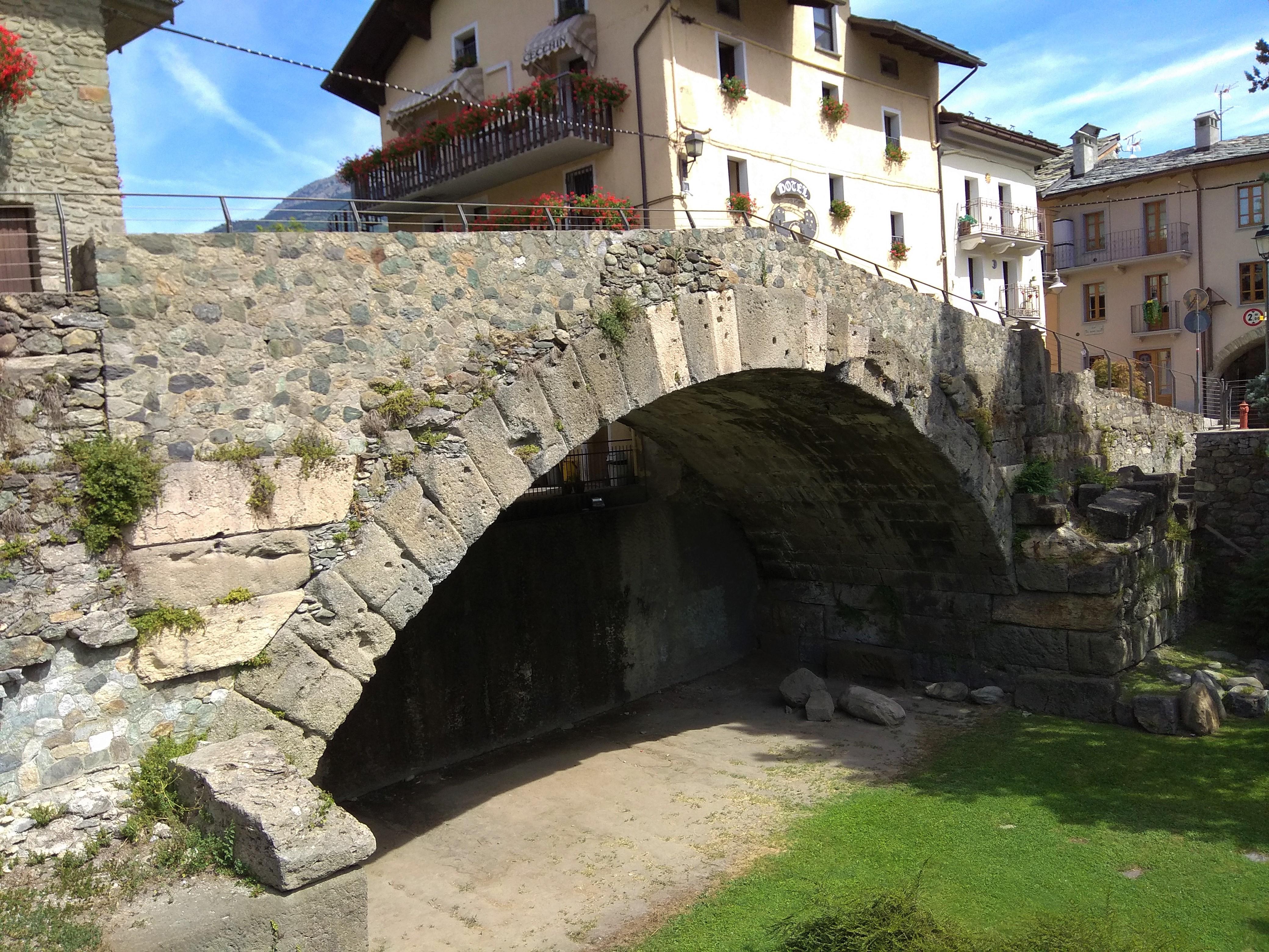 Altezza Dei Parapetti ponte di pietra di aosta - wikipedia