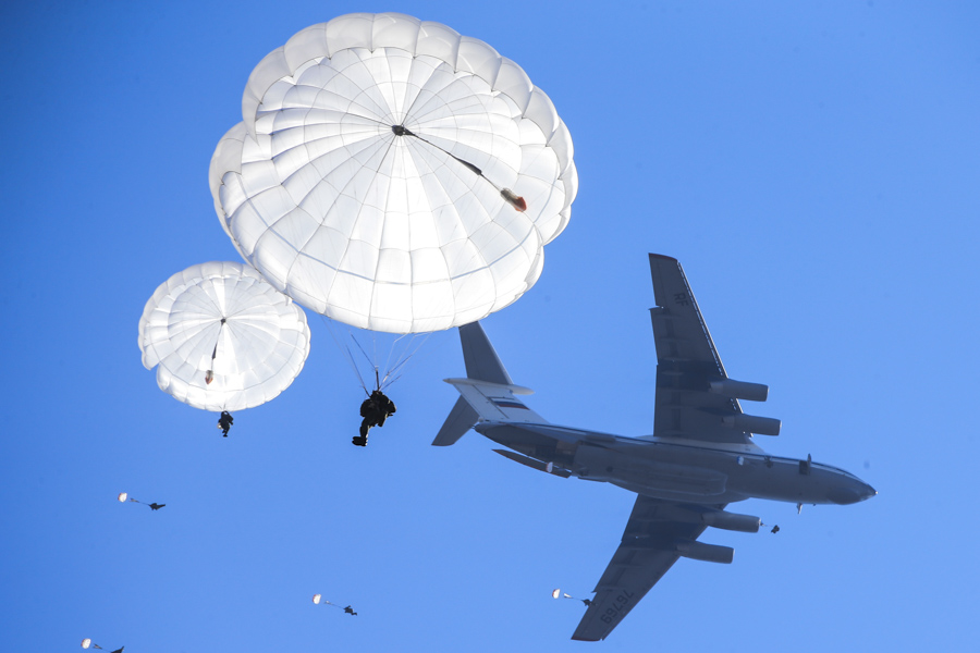 File:Russian paratroopers jump from an Ilyushin Il-76MD (2).jpg - Wikimedia  Commons