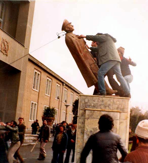 Overthrow of Shah Reza Pahlavi statue, Tehran University