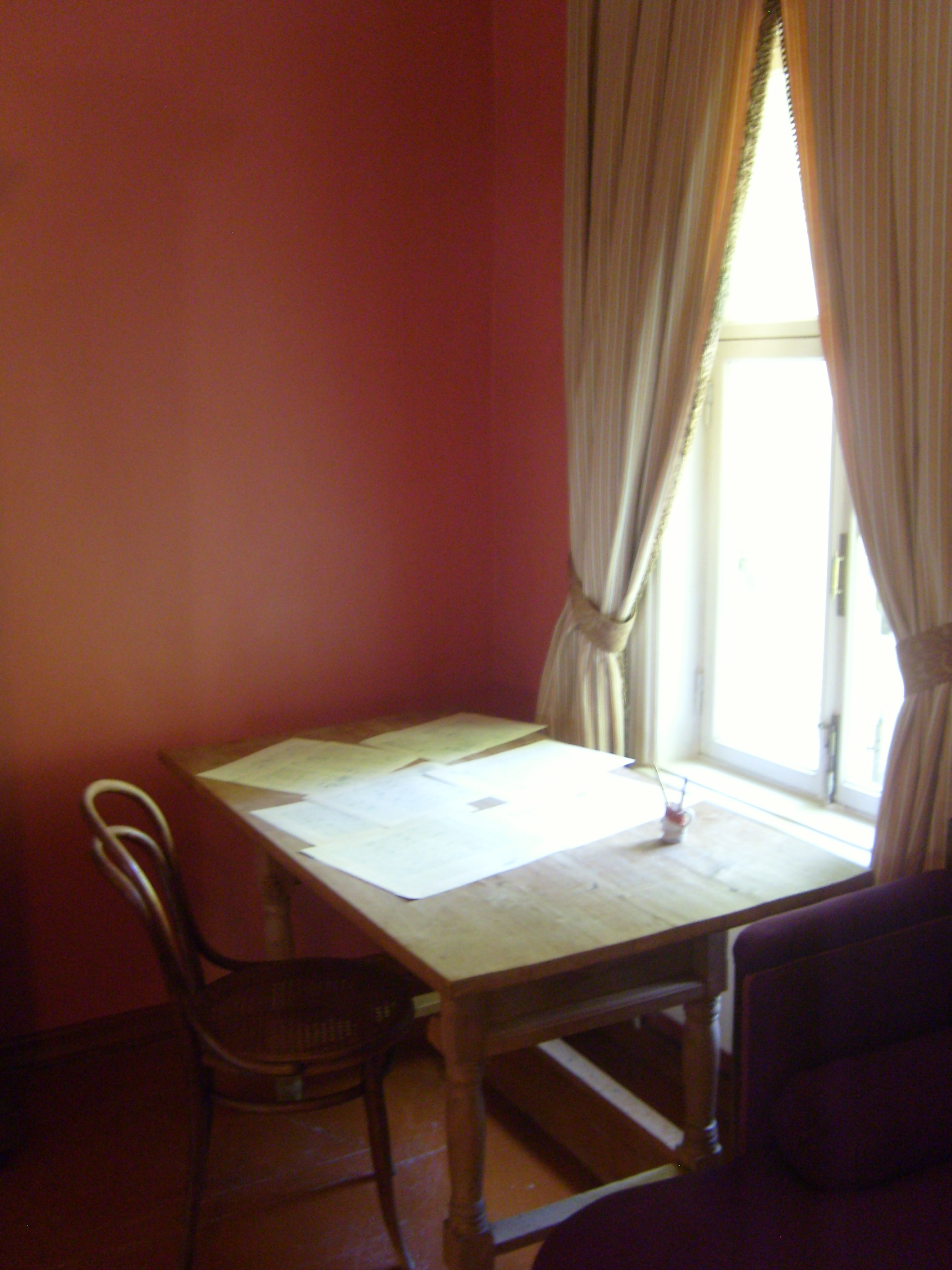file tchaikovsky house museum bedroom table jpg wikimedia commons file tchaikovsky house museum bedroom table jpg