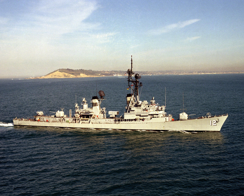 USS Robison (DDG-12) underway off San Diego on 1 February 1986.jpg