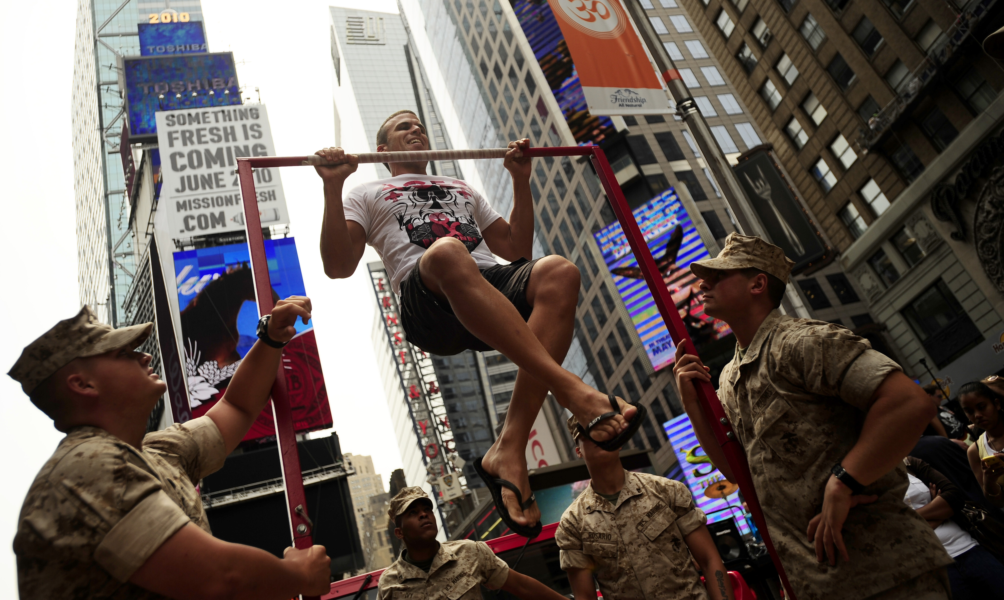 file us navy 100528 n 5878l 023 marines challenge passersby to pull