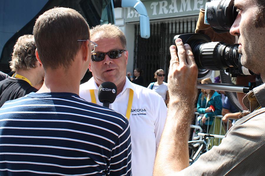 Yvon Sanquer, interviewé par la RTBF au départ de la 14ème étape du Tour de France, à Saint-Gaudens.