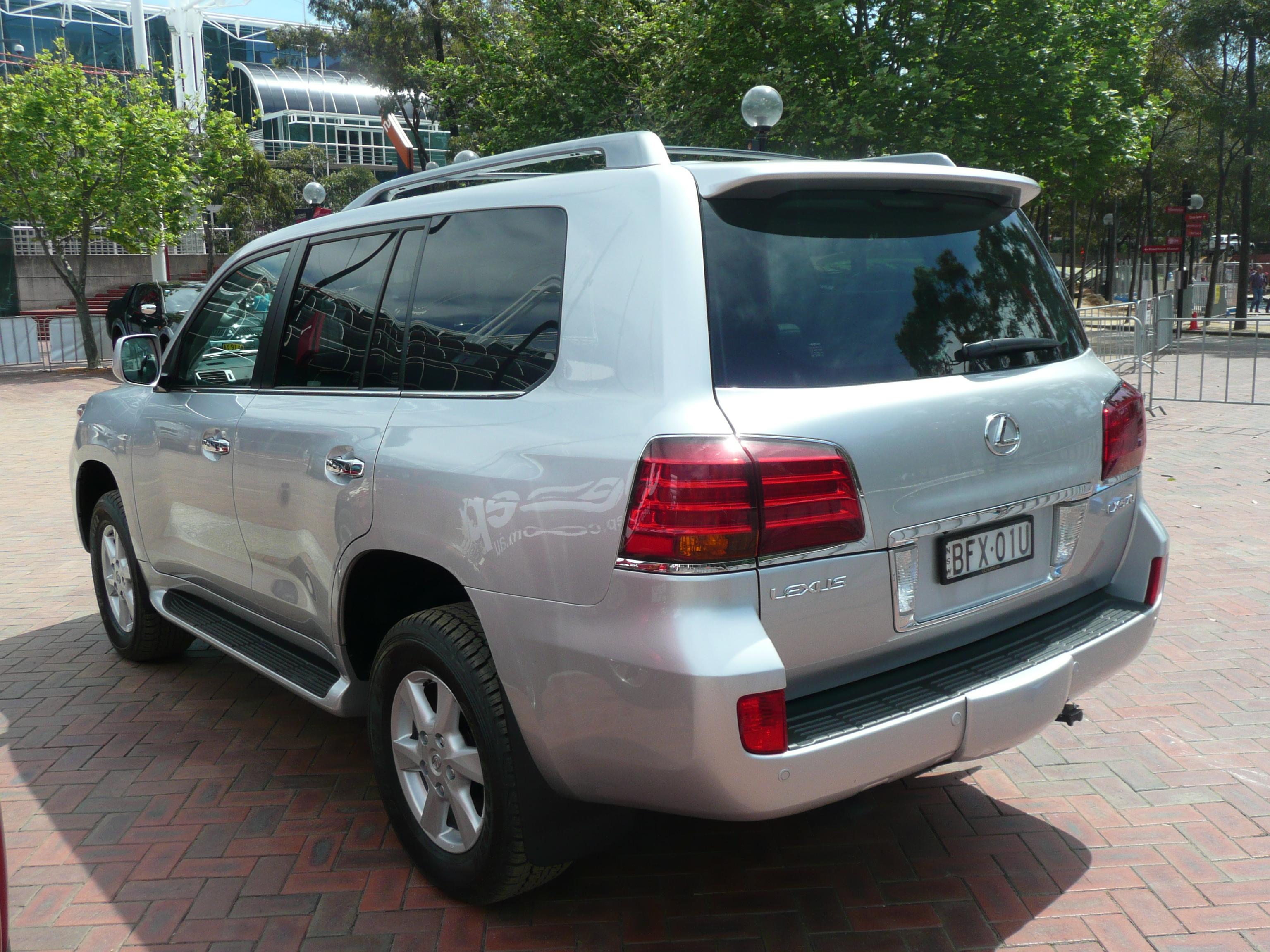 https://upload.wikimedia.org/wikipedia/commons/3/38/2008_Lexus_LX_570_%28URJ201R%29_Prestige_wagon_06.jpg