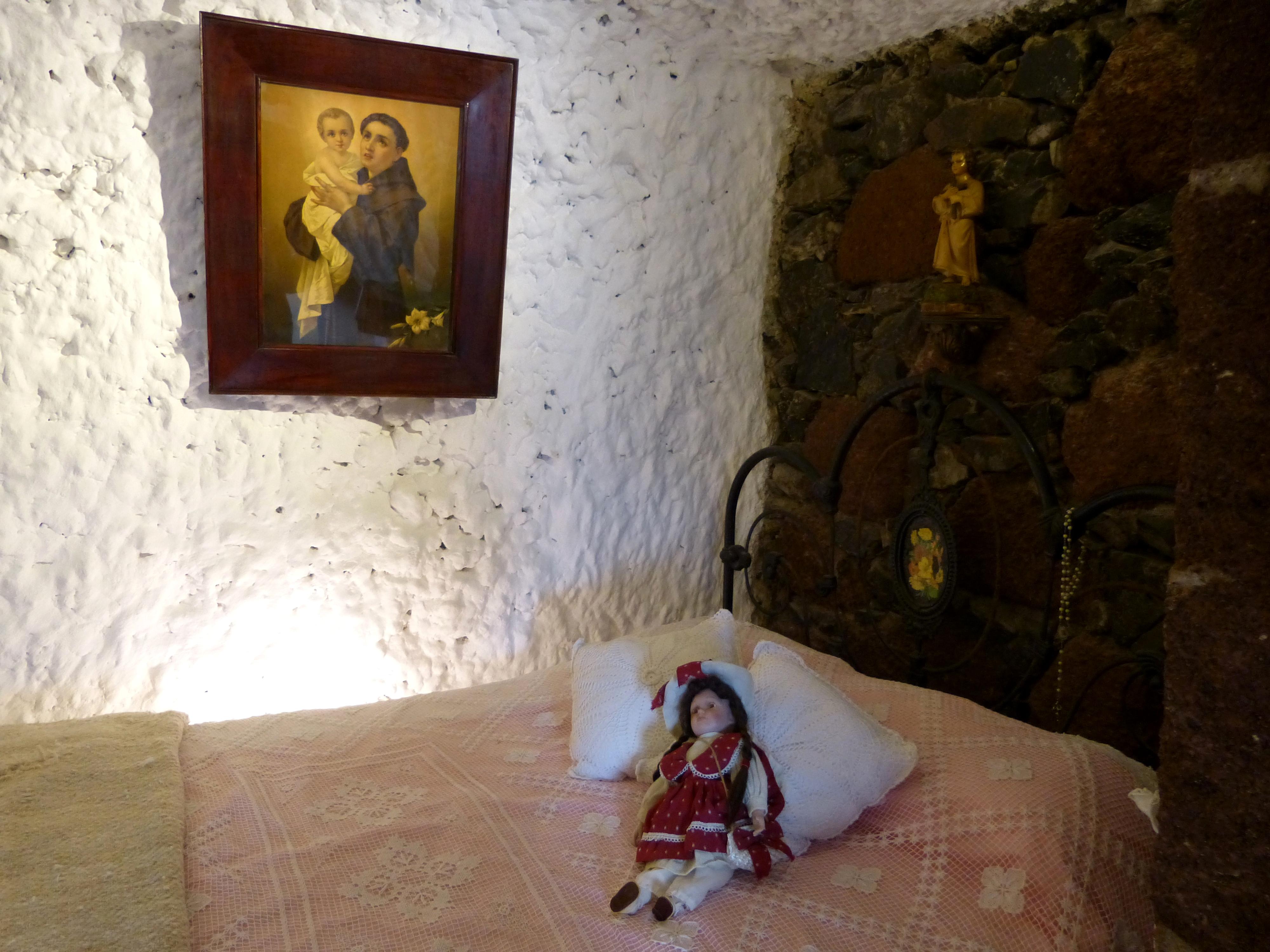 File Artenara Museo Casas Cuevas Hohle 5e Bett Jpg Wikimedia Commons