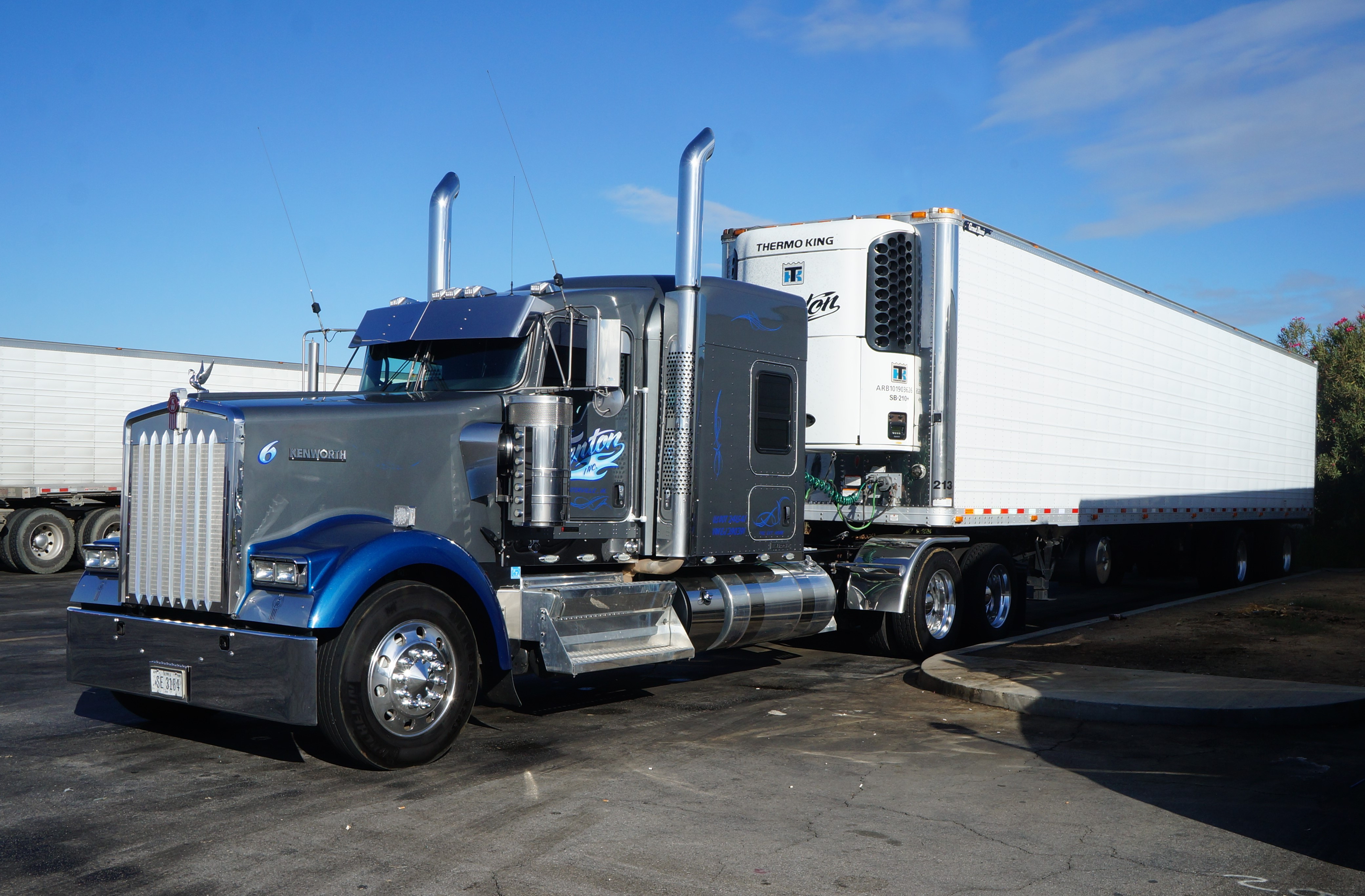 International Trucks 2018 >> File:Bakersfield, (CA) Truck Kenworth at Flying J Travel Plaza (en2016) (10).JPG - Wikimedia Commons