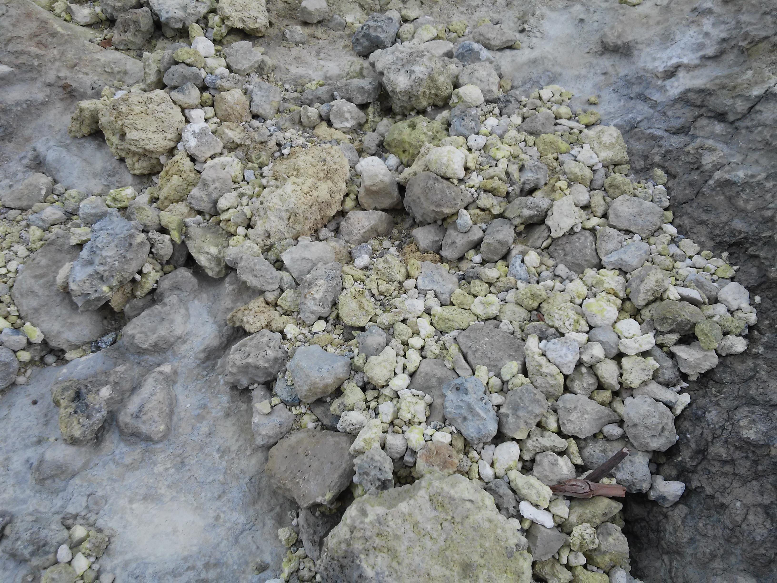 File:Bebatuan kecil milik Kawah Sikidang.jpg