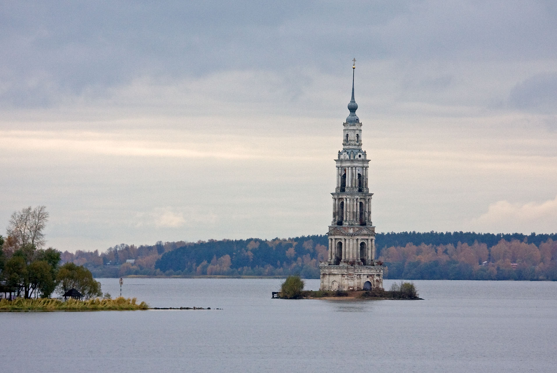https://upload.wikimedia.org/wikipedia/commons/3/38/Bell_tower_of_Saint_Nicholas_Church_(Kalyazin).jpg