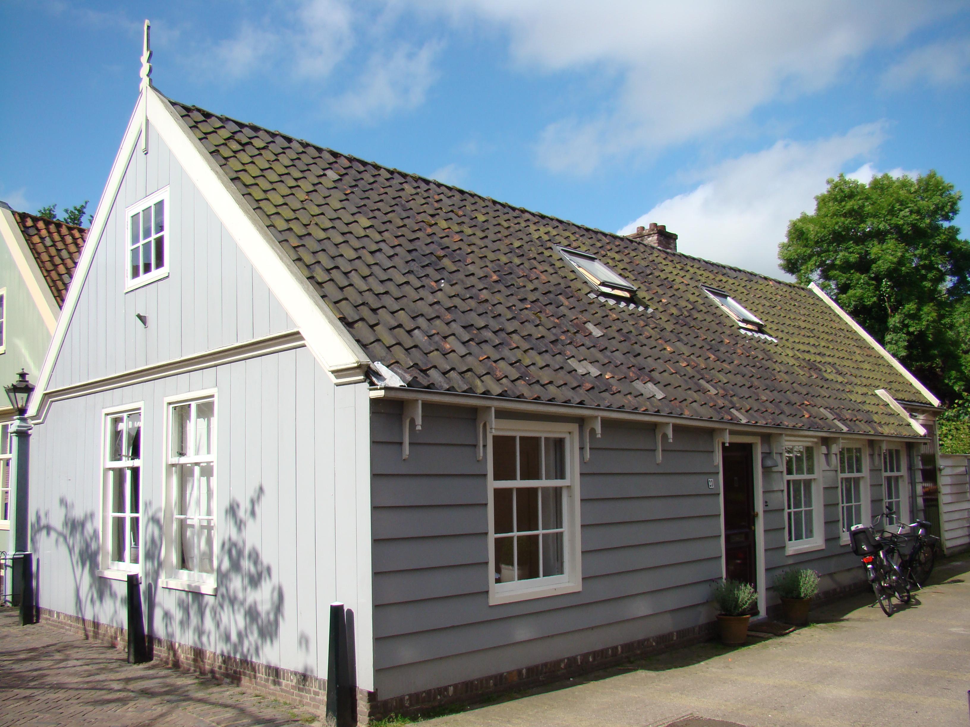 houten huis in broek in waterland monument