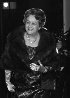 Imagine t-on Yvonne de Gaulle se présenter à une élection alors qu'elle est mise en examen ? Bundesarchiv_B_145_Bild-F026330-0024%2C_Paris%2C_Bankett_Einweihung_Deutsche_Botschaft_%28Ausschnitt%29