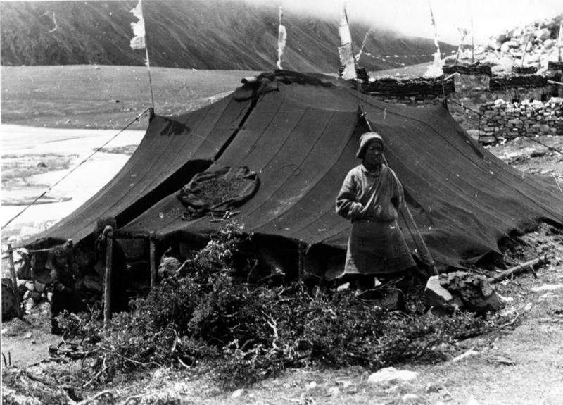 Bundesarchiv Bild 135-S-03-17-14, Tibetexpedition, Nomade vor Zelt.jpg