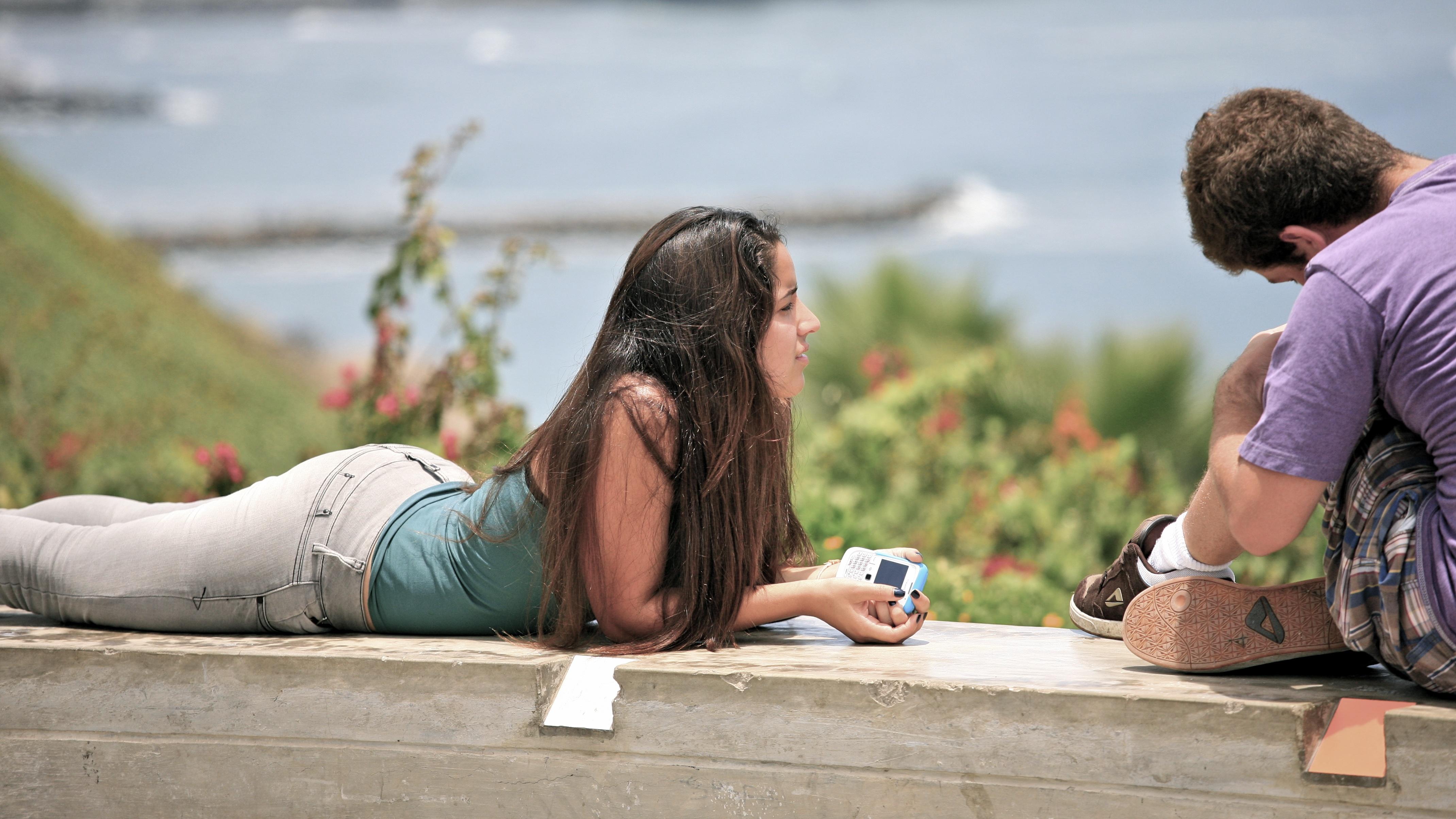 Chilling by the Beach (6905759427) - Los mitos sobre la infidelidad