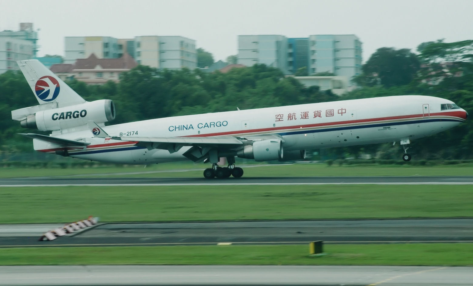 File:China Cargo Airlines, Boeing MD11F, B-2174, SIN.jpg