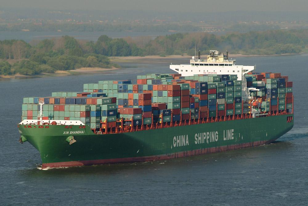 Containerschiff bei Hamburg. Am Warenwert gemessen ist Deutschland im Jahr 2011 der drittgrößte Exporteur und Importeur der Welt.[127]