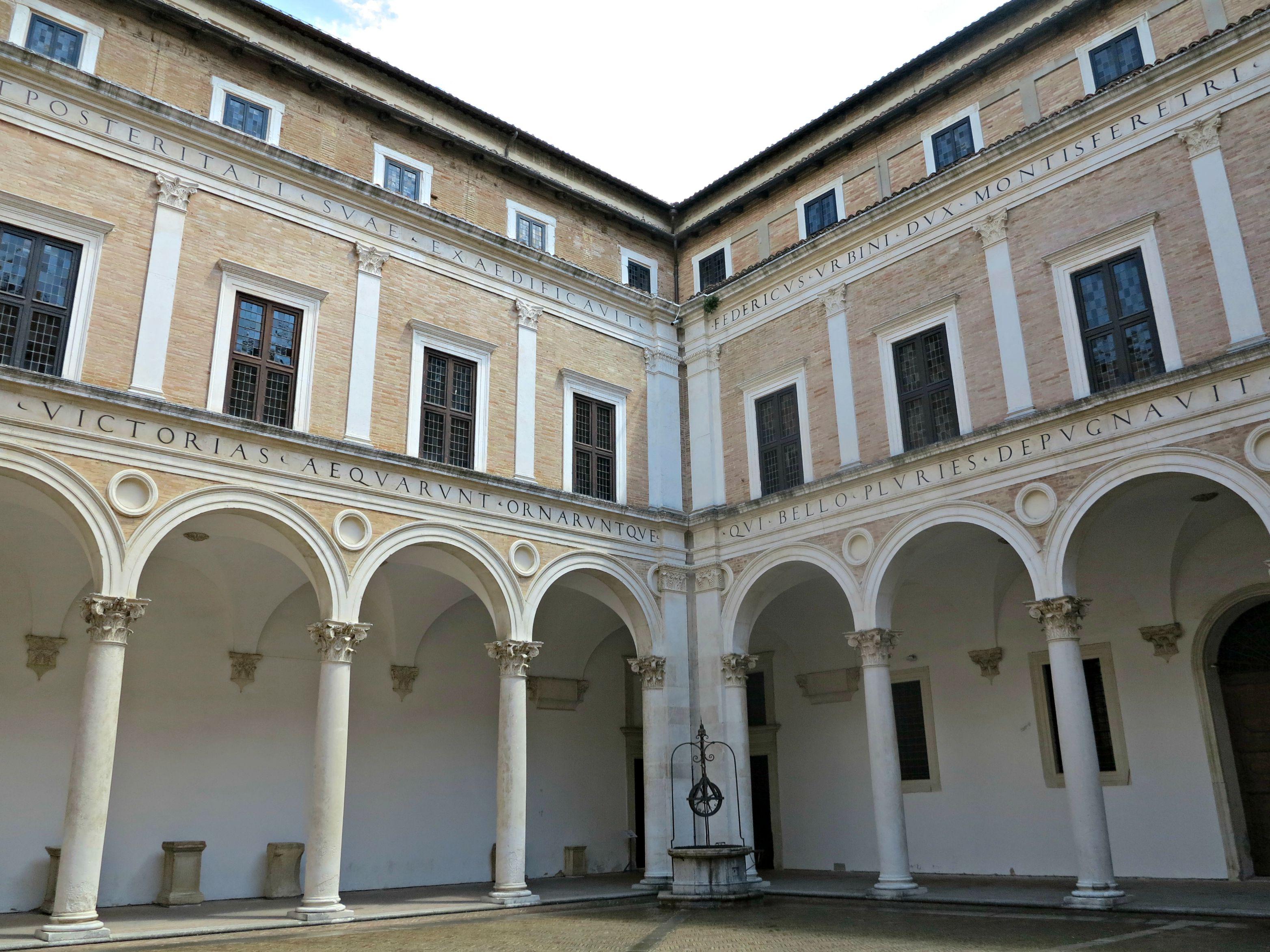 File cortile di palazzo ducale di urbino realizzato da - Pilozzo da esterno ...