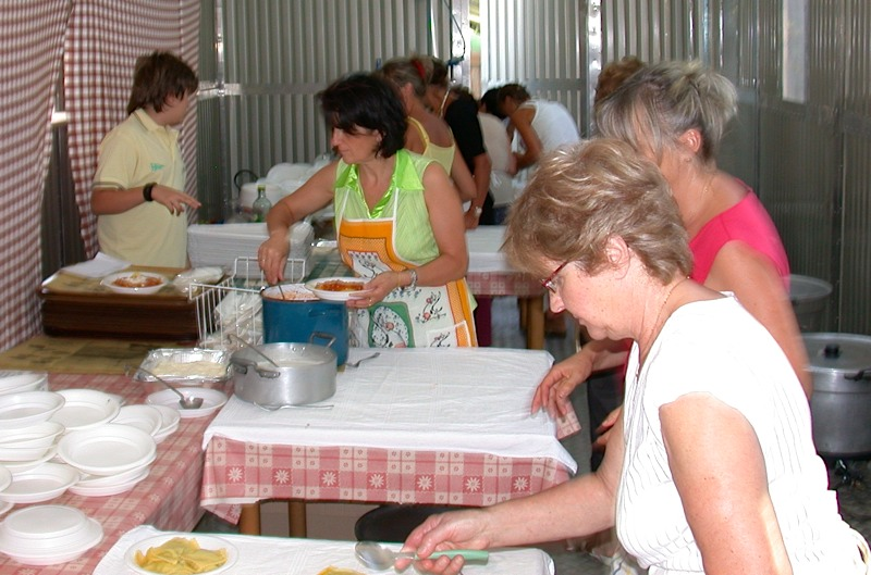 La cucina dove vengono cottie conditi i ravioli durante la Sagra del Raviolo di Contignano