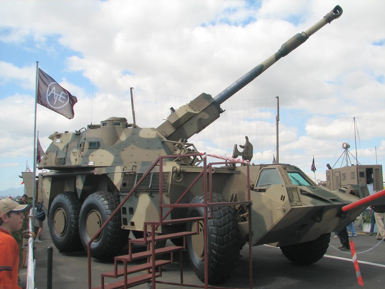 مدفع ZUZANA 2  الذاتي الحركه عيار 155 ملم من شركة DMD GROUP السلوفاكيه  Denel_G6-45_Ysterplaat_Airshow_2006