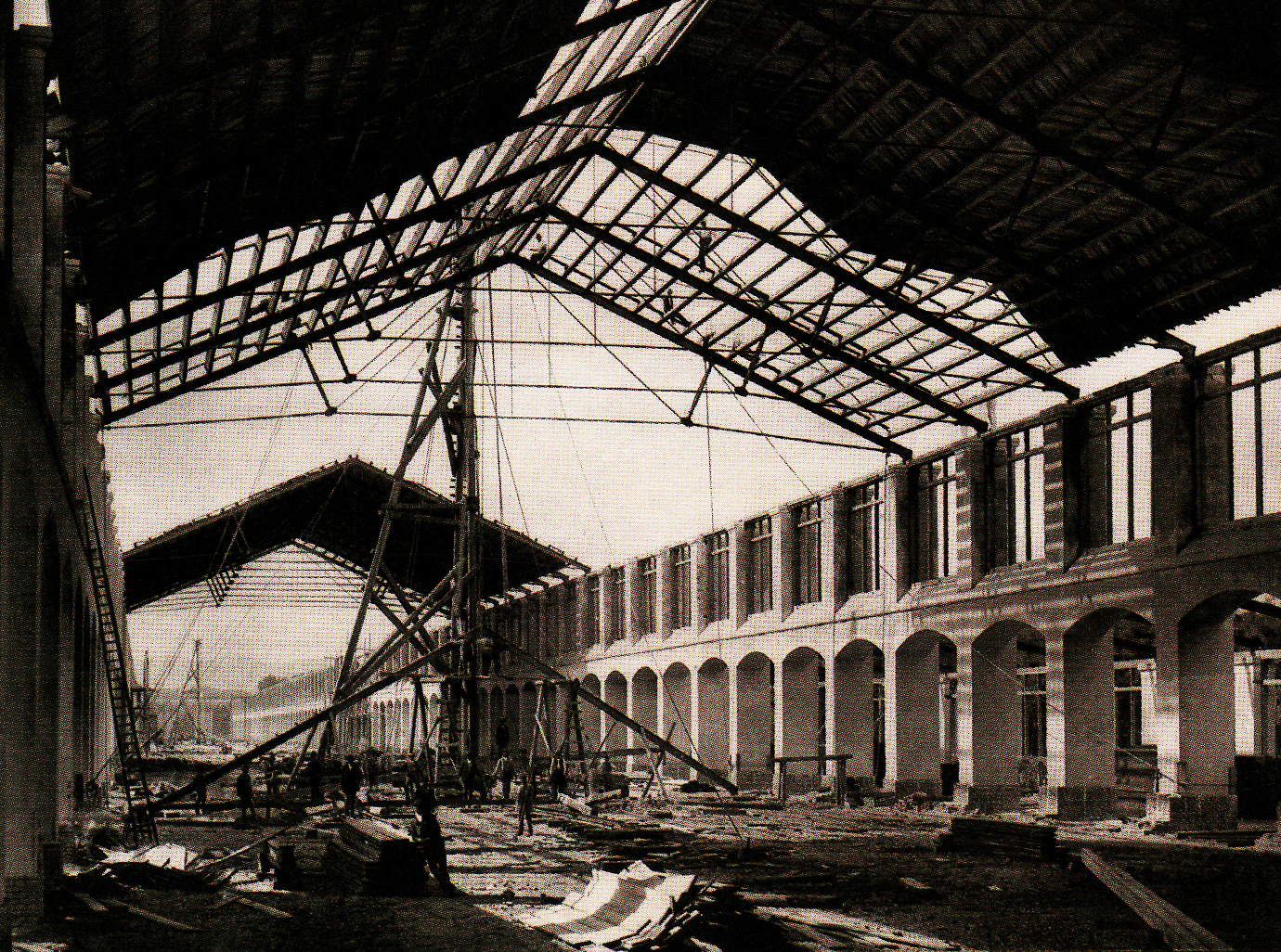 https://upload.wikimedia.org/wikipedia/commons/3/38/Expo_1873_under_construction.jpg