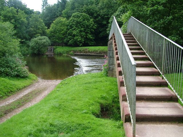 Footbridge and weir , River Eden, Appleby - geograph.org.uk - 901470