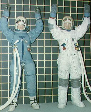 Block II spacesuit in January 1968, before (left) and after changes recommended after the Apollo 1 fire Irwin i Bull testuja kombinezony kosmiczne S68-15931.jpg