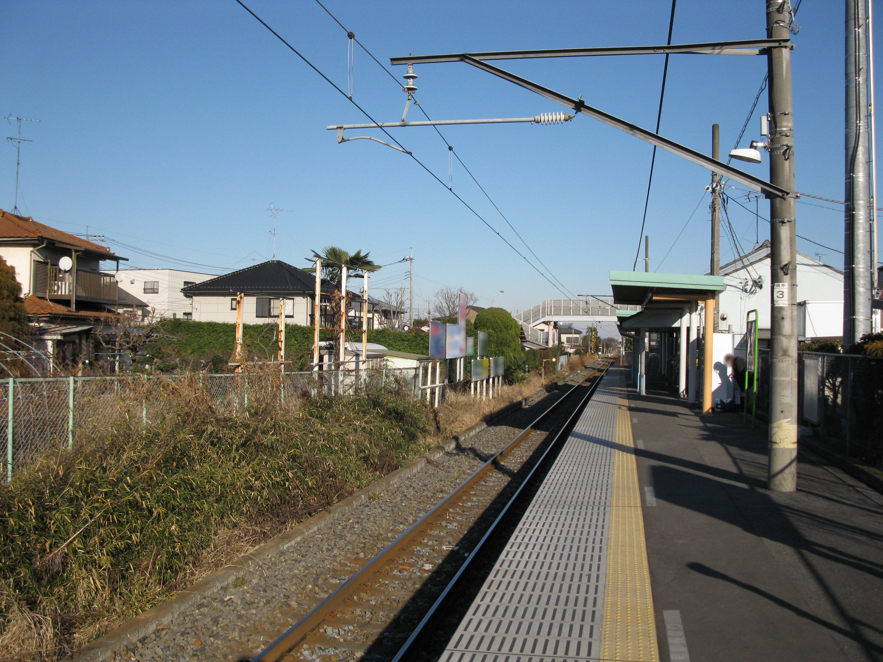 https://upload.wikimedia.org/wikipedia/commons/3/38/JREast-Kawagoe-line-Kasahata-station-platform.jpg