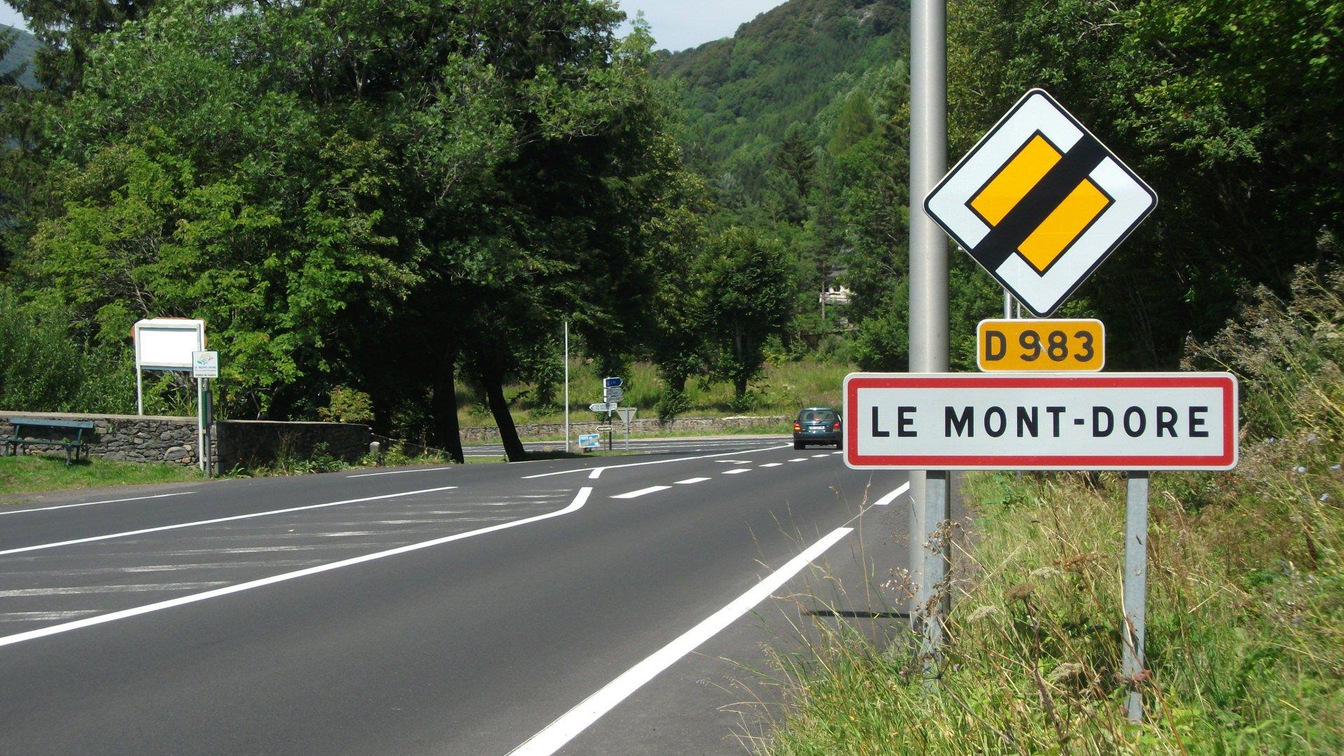 File:Le Mont-Dore D 983 vers Centre.jpg