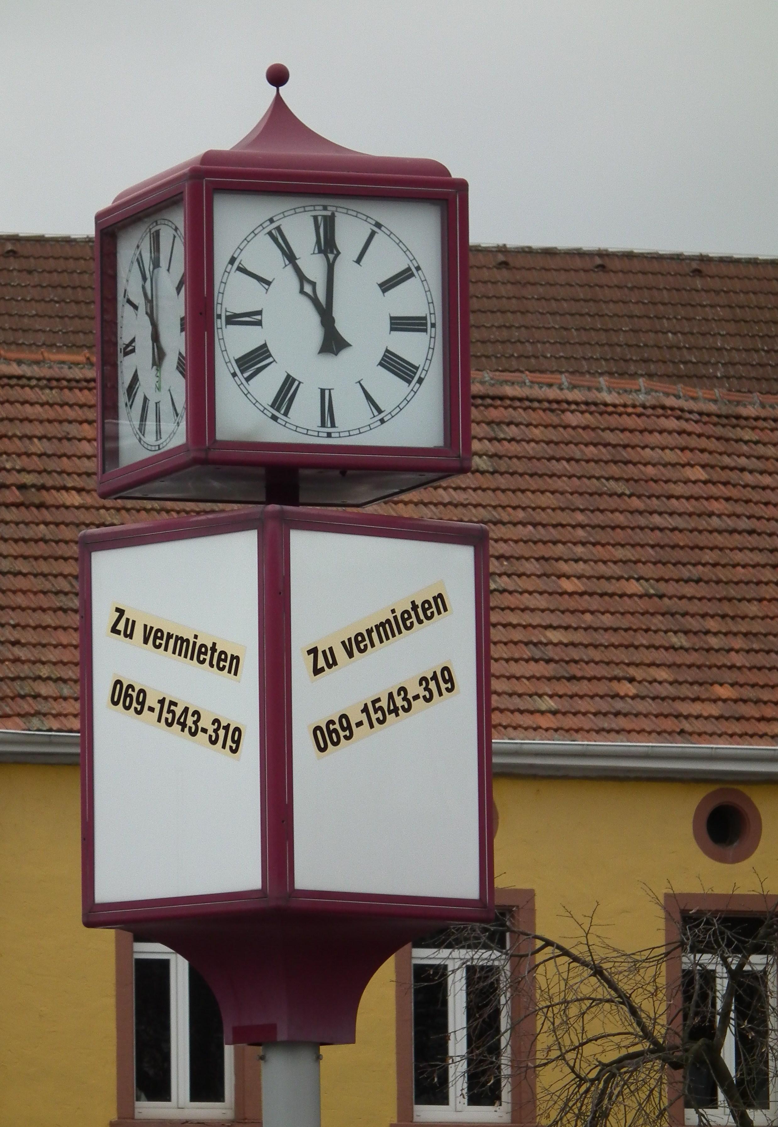 File:Lila Uhr Mit Werbefläche.JPG