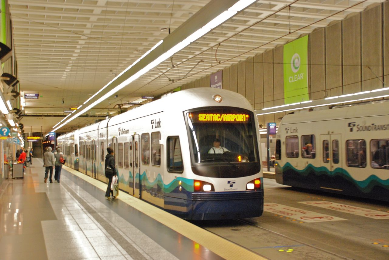 File:Link trains at University St station in 2010.jpg - Wikimedia ...