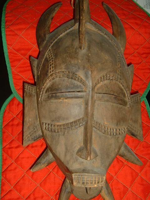 """""""Maske 3877"""" von Olbertz aus der deutschsprachigen Wikipedia. Lizenziert unter CC BY-SA 3.0 über Wikimedia Commons"""