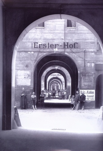 Meyers Hof in der Berliner Ackerstraße, um 1910, Foto: Willy Römer [Public domain], via Wikimedia Commons