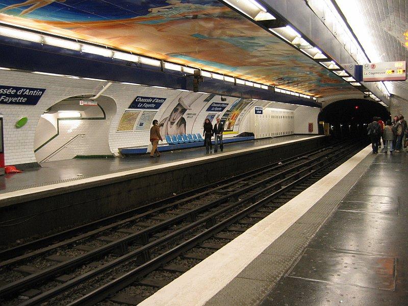 L'artiste toulousain Jean-Paul Chambas a embelli le plafond de la station « Chaussée d'Antin - Fayette » avec une peinture murale qui décrit la Révolution américaine