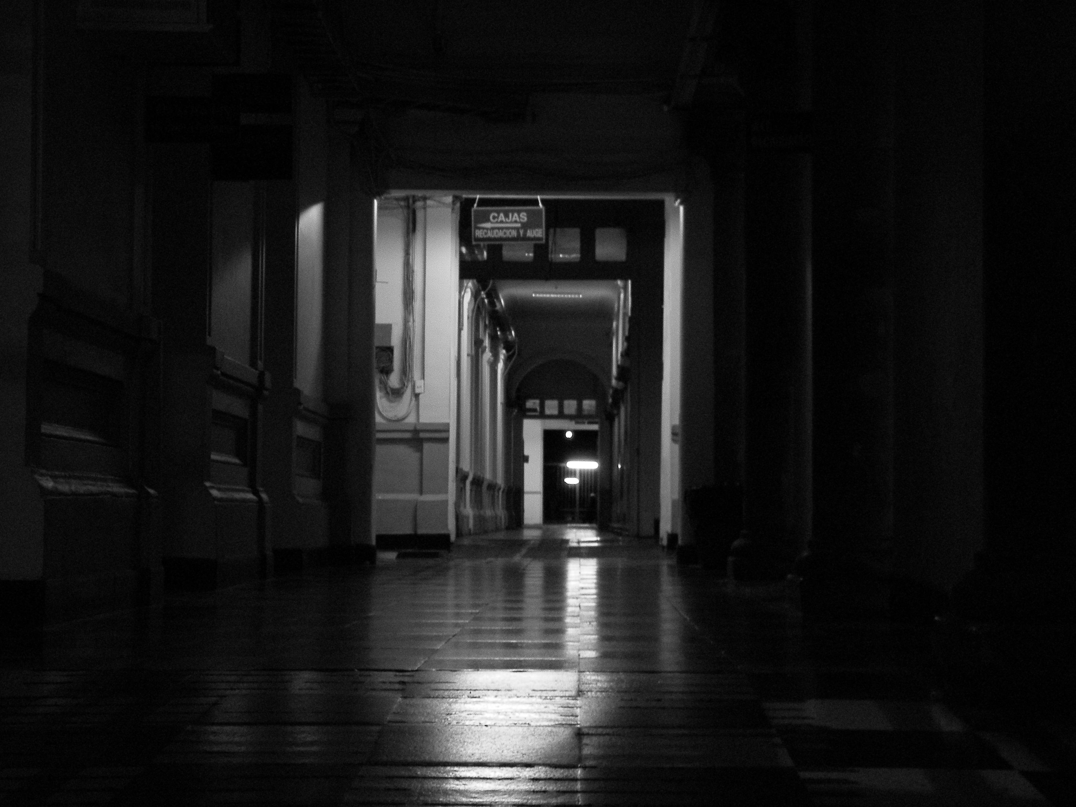 File pasillos oscuros hospital del salvador jpg for Cuarto oscuro fotografia